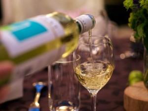 高いお酒を飲むおつまみを食べる